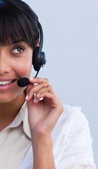Portret van een etnische onderneemster die in een call centre werkt