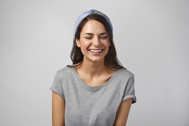 Portret van een expressieve vrouw die zich voordeed in de studio