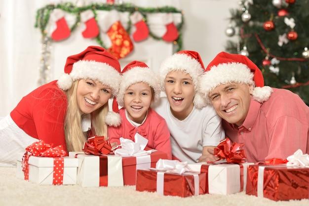 Portret van een familie die thuis nieuwjaar viert
