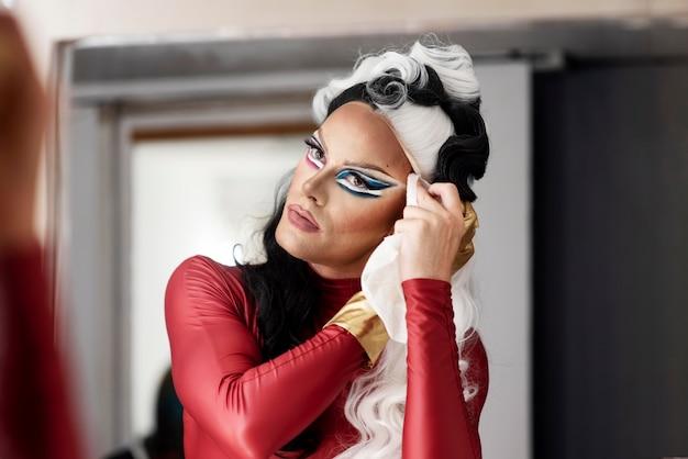 Portret van een fantastische dragqueen die zich klaarmaakt voor een fotoshoot
