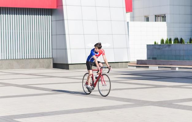 Portret van een fietser die een stad berijdt op een wegfiets