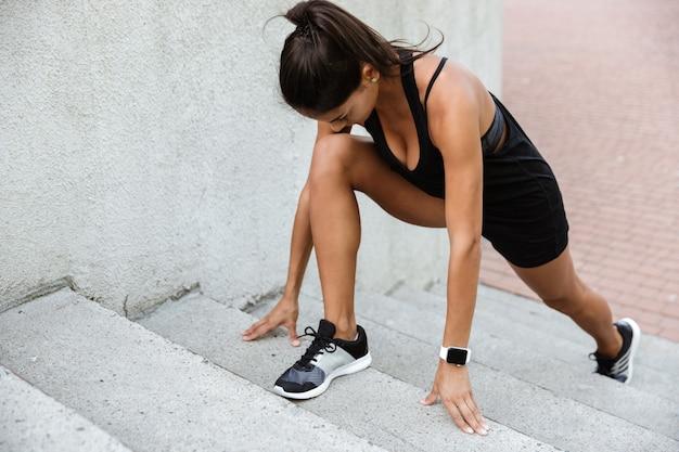 Portret van een fitness vrouw die sportoefeningen doet