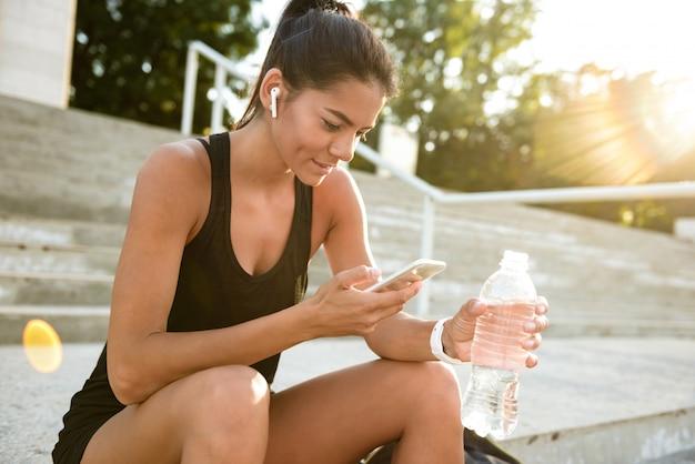 Portret van een fitness vrouw in koptelefoon