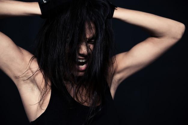 Portret van een fitness vrouw schreeuwen