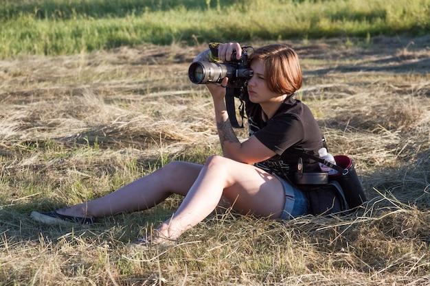 Portret van een fotograaf meisje neemt foto's van de natuur en mensen op het festival