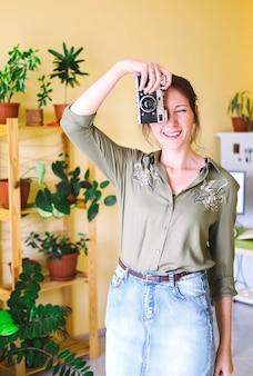 Portret van een freelance ondernemersvrouw die thuis werkt