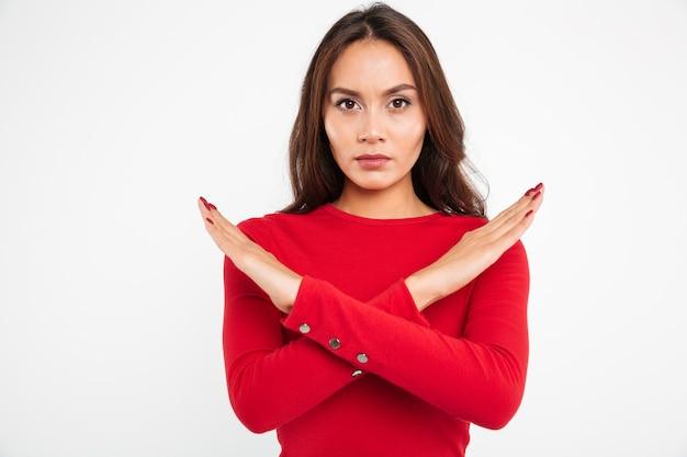Portret van een geconcentreerde ernstige aziatische vrouw