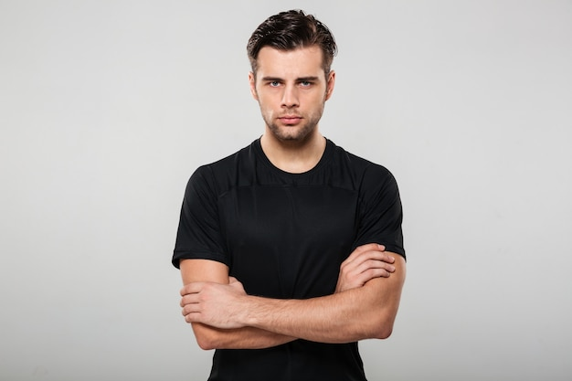 Portret van een geconcentreerde ernstige sportman