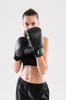 Portret van een geconcentreerde gerichte sportvrouw
