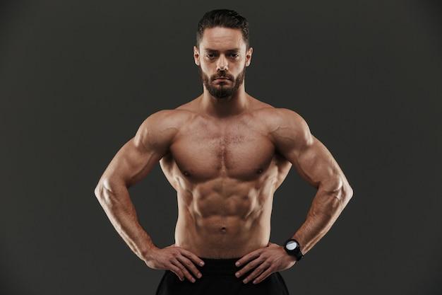 Portret van een geconcentreerde gespierde bodybuilder
