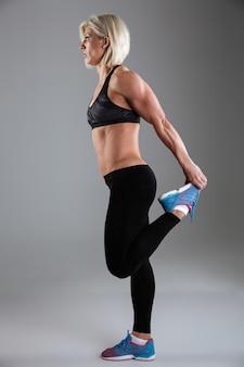 Portret van een geconcentreerde gespierde volwassen sportvrouw
