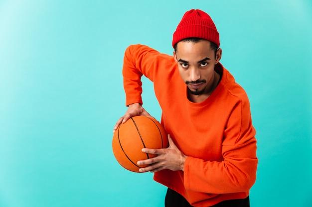 Portret van een geconcentreerde jonge afro-amerikaanse man