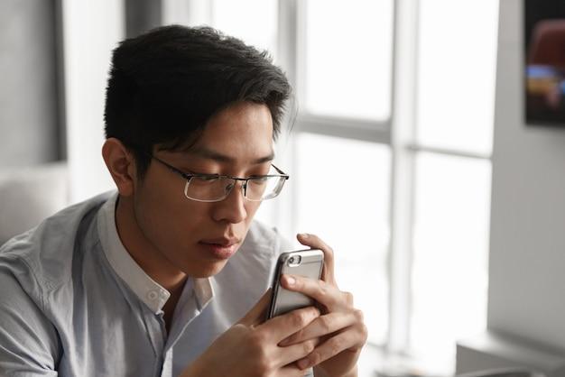 Portret van een geconcentreerde jonge aziatische man