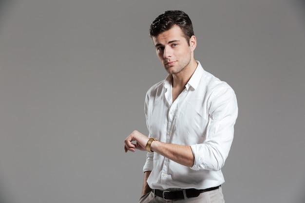 Portret van een geconcentreerde jonge man