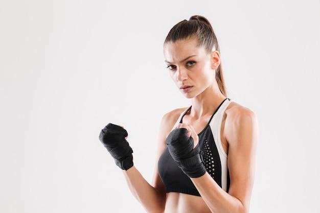 Portret van een geconcentreerde jonge sportvrouw