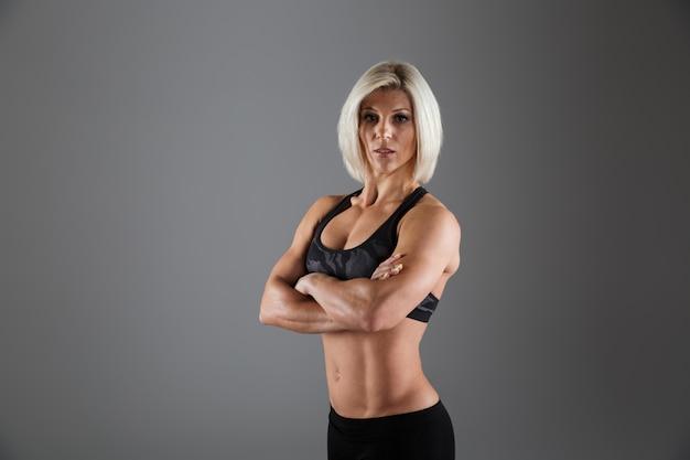 Portret van een geconcentreerde volwassen sportvrouw