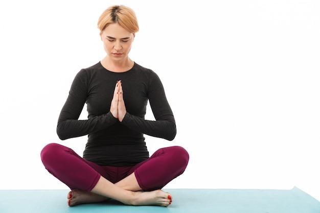 Portret van een geconcentreerde yoga vrouw