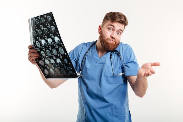 Portret van een gefrustreerde behulpzame ct van de medische artsenholding aftasten
