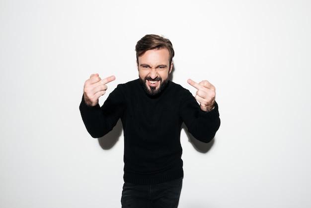 Portret van een gekke boze man die fuck you gebaar toont