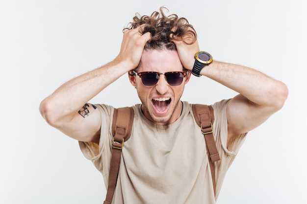 Portret van een gekke man schreeuwen met handen boven zijn hoofd geïsoleerd op een witte achtergrond