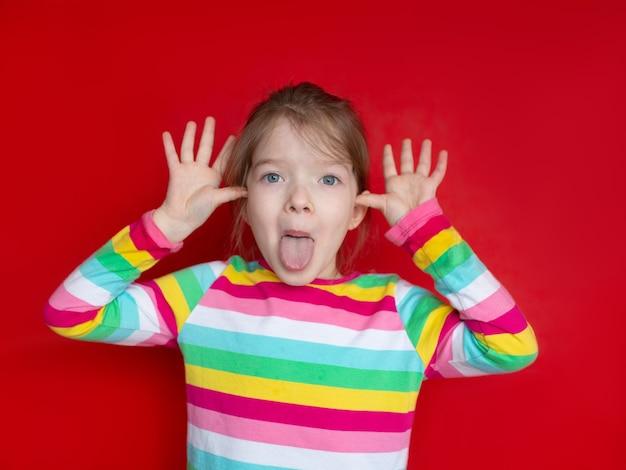 Portret van een gekke meisje met een grimas op haar gezicht