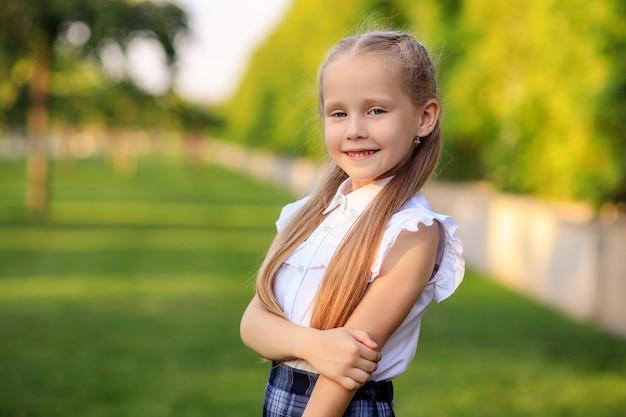 Portret van een gelukkig eerste nivelleerschoolmeisje
