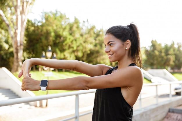 Portret van een gelukkig fitness vrouw