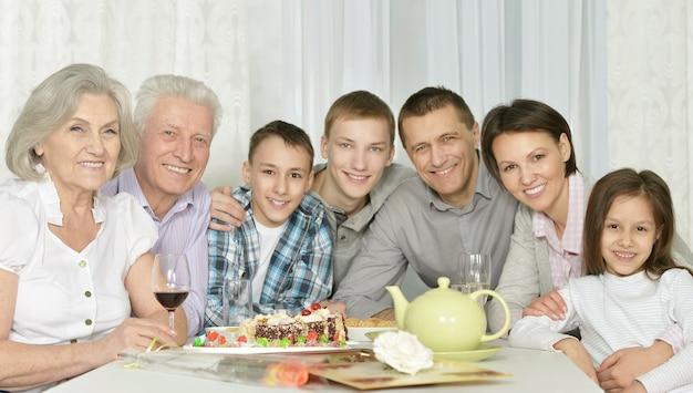 Portret van een gelukkig gezin met taart thuis