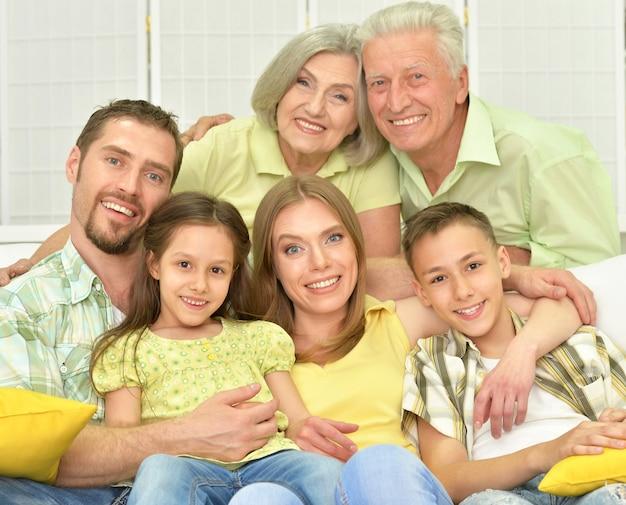 Portret van een gelukkig gezin thuis