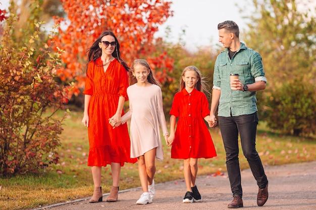 Portret van een gelukkig gezin van vier in de herfstdag