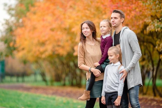 Portret van een gelukkig gezin van vier in herfstdag