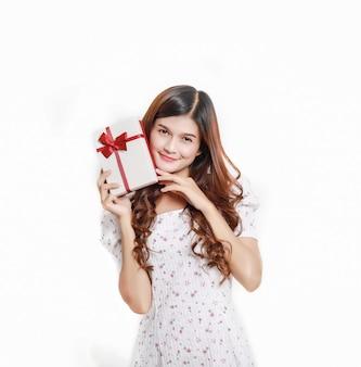 Portret van een gelukkig glimlachend aziatisch meisje dat in kleding huidige doos, mooi thais meisje met giftdoos houdt.