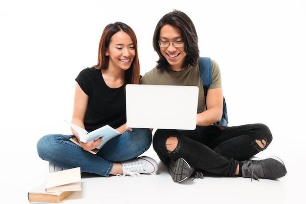 Portret van een gelukkig glimlachend aziatisch studentenpaar
