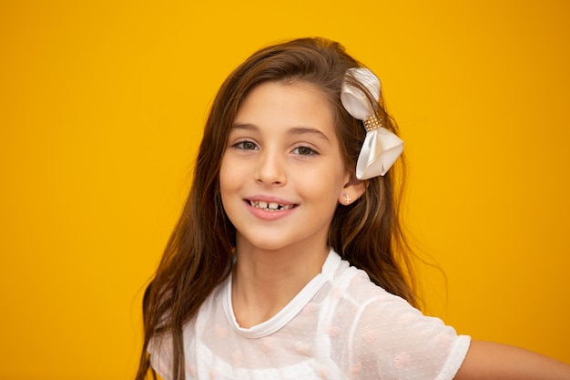 Portret van een gelukkig glimlachend kindmeisje