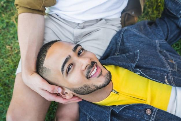 Portret van een gelukkig homopaar dat samen tijd doorbrengt en een date heeft in het park. lgbt en liefdesconcept.