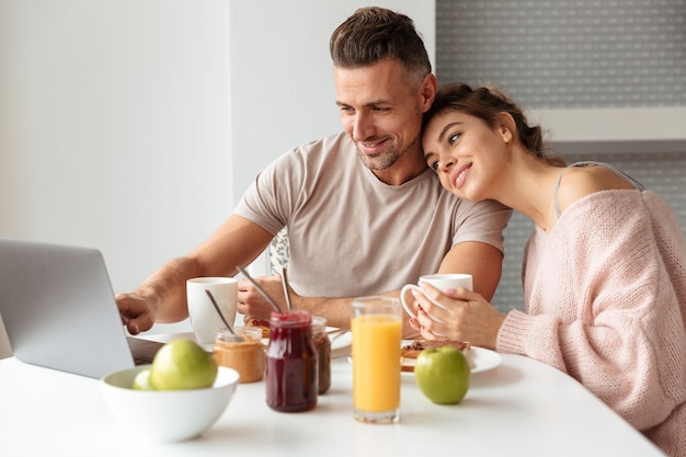 Portret van een gelukkig houdend van paar dat ontbijt heeft