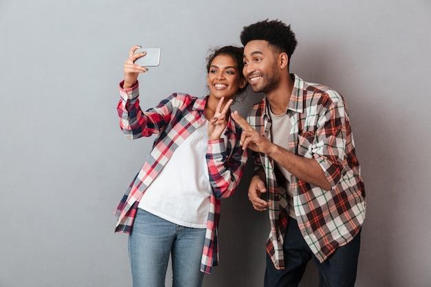 Portret van een gelukkig jong afrikaans paar