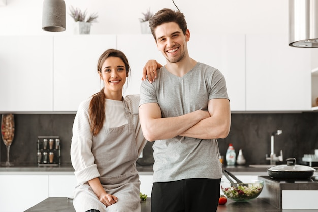 Portret van een gelukkig jong koppel in de keuken