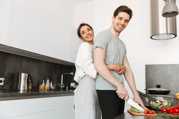 Portret van een gelukkig jong koppel samen koken