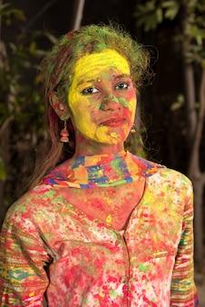 Portret van een gelukkig jong meisje op het festival van kleuren holi