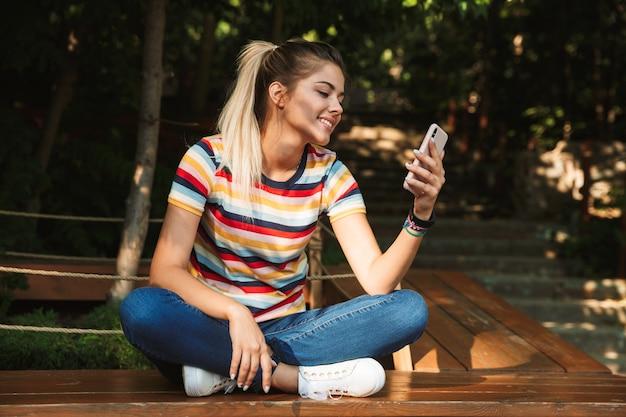Portret van een gelukkig jong tienermeisje