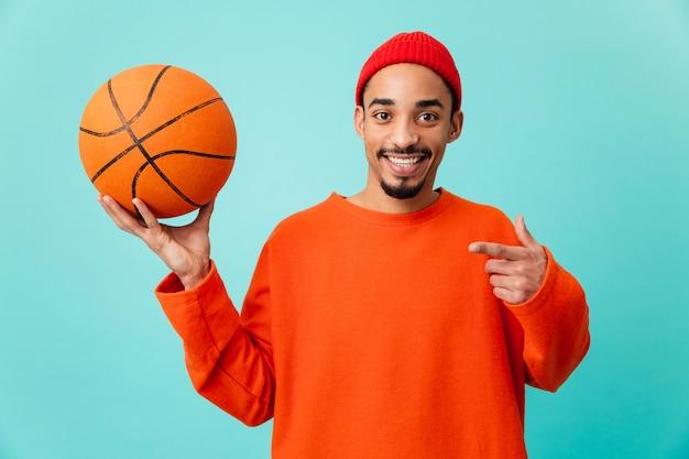 Portret van een gelukkig jonge afro-amerikaanse man in hoed
