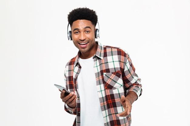 Portret van een gelukkig jonge afro-amerikaanse man