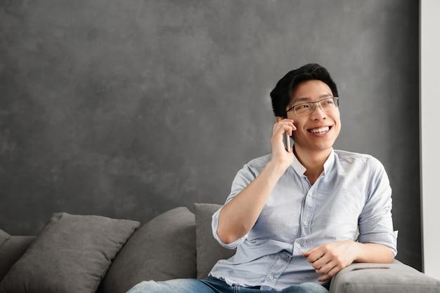 Portret van een gelukkig jonge aziatische man