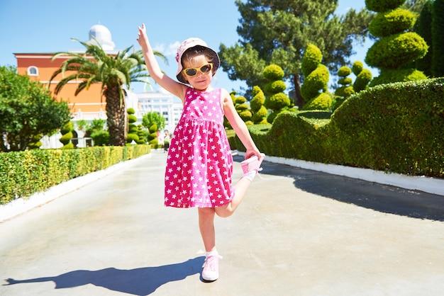 Portret van een gelukkig kind buiten het dragen van een zonnebril in zomerdag. amara dolce vita luxe hotel. toevlucht. tekirova-kemer. kalkoen.