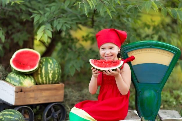 Portret van een gelukkig klein meisje buitenshuis