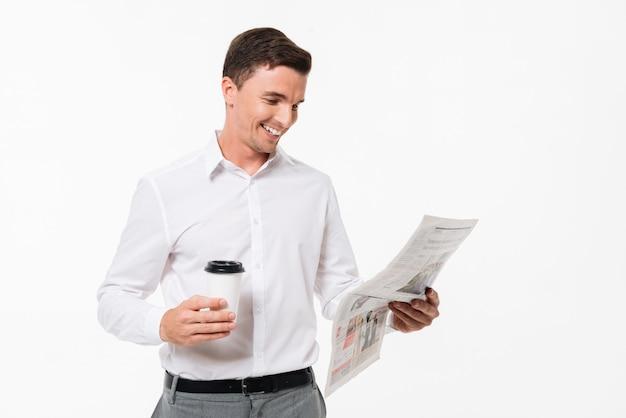 Portret van een gelukkig knappe man in een wit overhemd