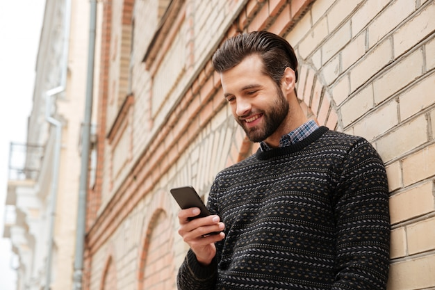 Portret van een gelukkig knappe man in trui