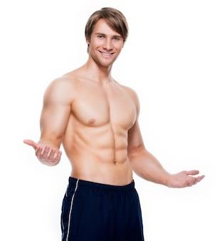 Portret van een gelukkig knappe man met gespierde torso