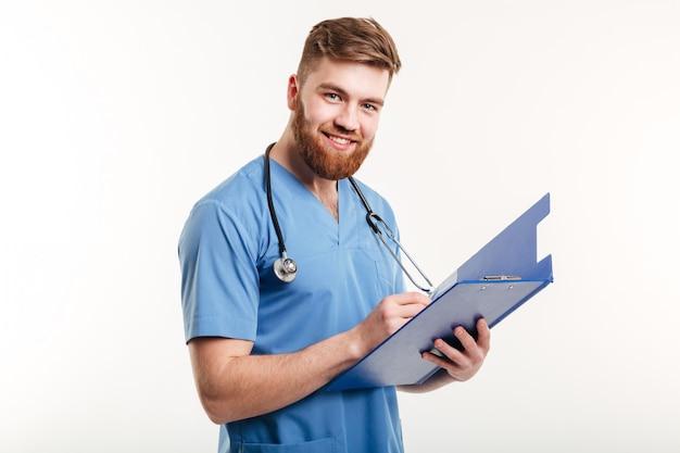 Portret van een gelukkig lachend arts of verpleegkundige met stethoscoop